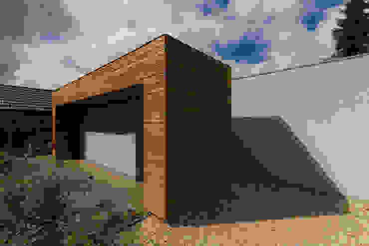 Close-up garage: modern  door Superdutch, Modern