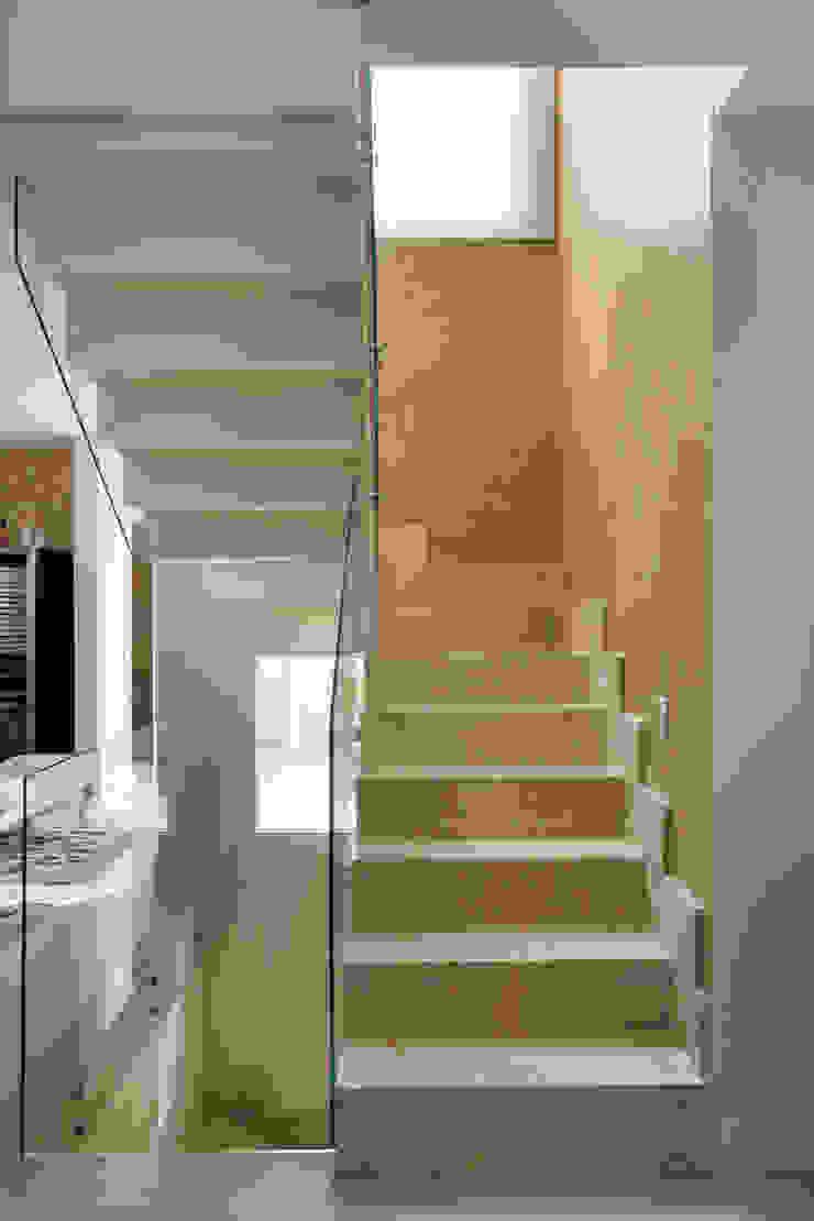 Cactus Arquitetura e Urbanismo Modern corridor, hallway & stairs