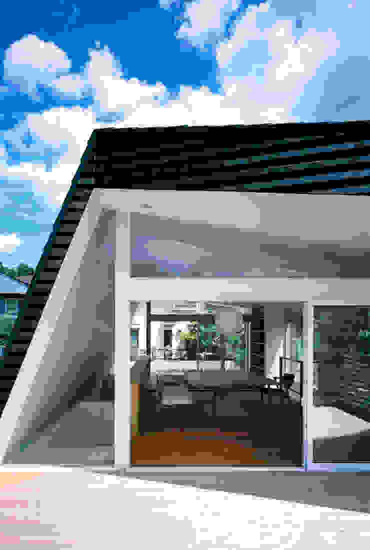 向原の家 モダンデザインの テラス の 向山建築設計事務所 モダン 木 木目調