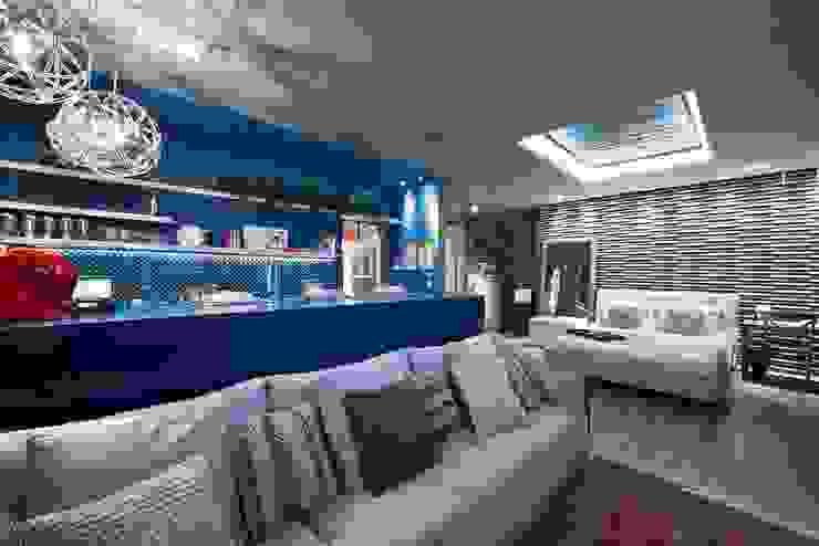Apartamento do Homem Moderno - Morar Mais por Menos Vitoria 2015 Salas de estar modernas por Cristiane Locatelli Arquitetos & Associados Moderno