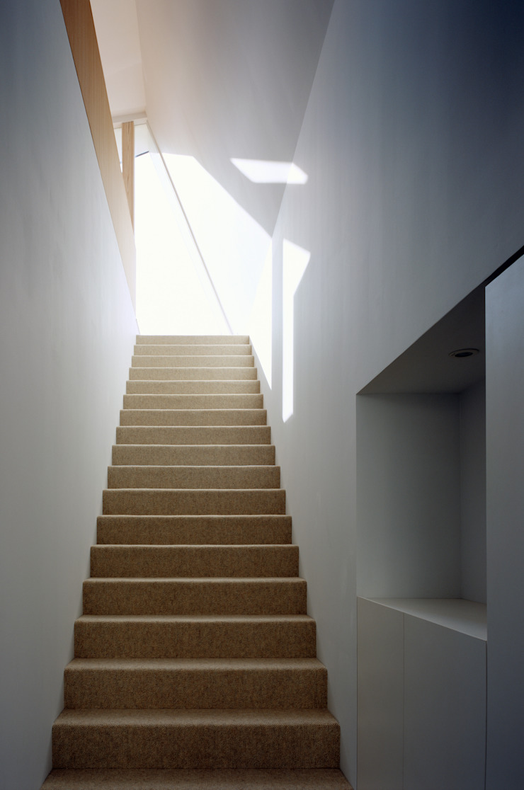 向原の家 モダンスタイルの 玄関&廊下&階段 の 向山建築設計事務所 モダン 木 木目調