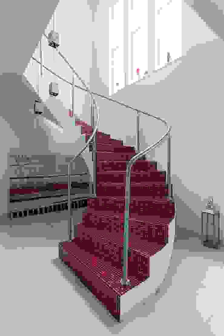 Cactus Arquitetura e Urbanismo Mediterranean style corridor, hallway and stairs