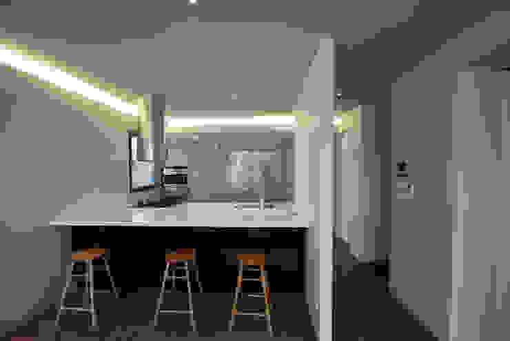 Phòng ăn phong cách hiện đại bởi 건축사사무소 moldproject Hiện đại Đá hoa
