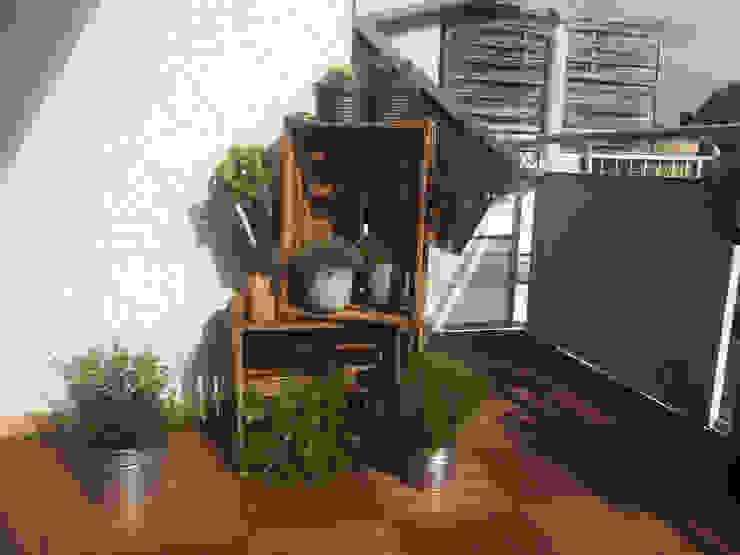 Weinkisten und Pflanzen Esther Jonitz Mediterraner Balkon, Veranda & Terrasse