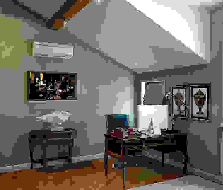Кабинет в мансардном этаже Рабочий кабинет в классическом стиле от Sweet Home Design Классический