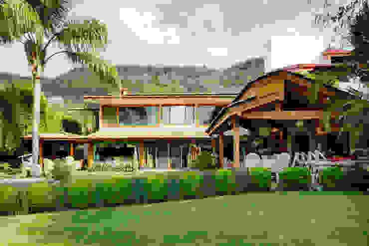 la fachada Excelencia en Diseño Casas de estilo asiático Derivados de madera Beige