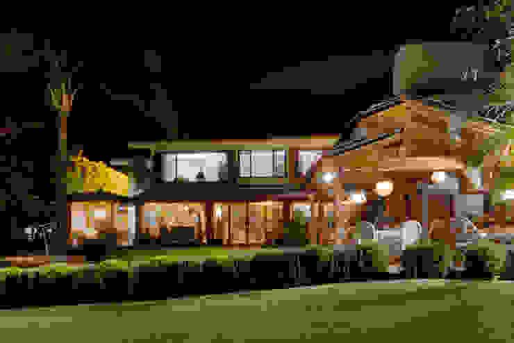 la fachada trasera Excelencia en Diseño Casas de estilo asiático Derivados de madera Blanco
