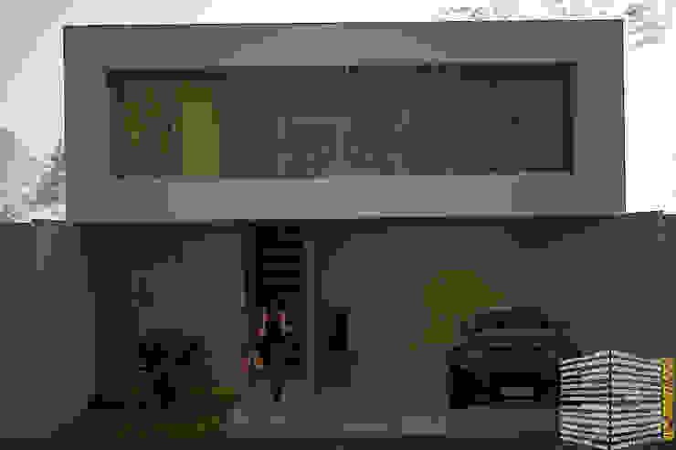 FACHADA CON COCHERA TECHADA Casas minimalistas de HHRG ARQUITECTOS Minimalista