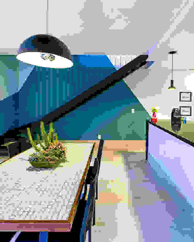 Escada em ferro preto com cabos de aço Corredores, halls e escadas industriais por Studio ML Industrial Ferro/Aço