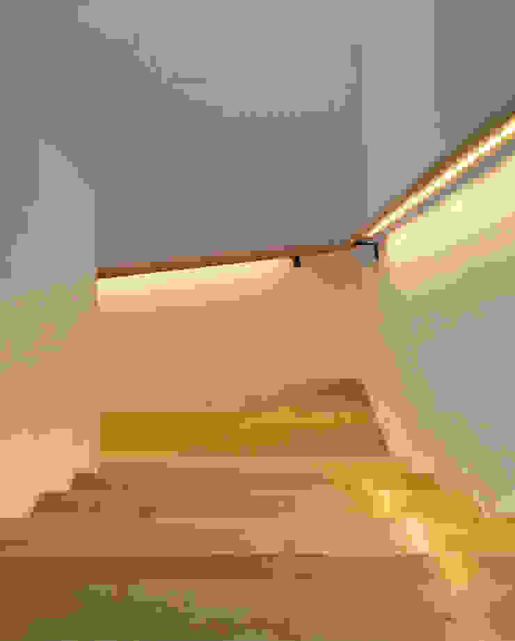 ILUMINACIÓN ESCALERA Pasillos, halls y escaleras minimalistas de Región 4 Arquitectura Minimalista