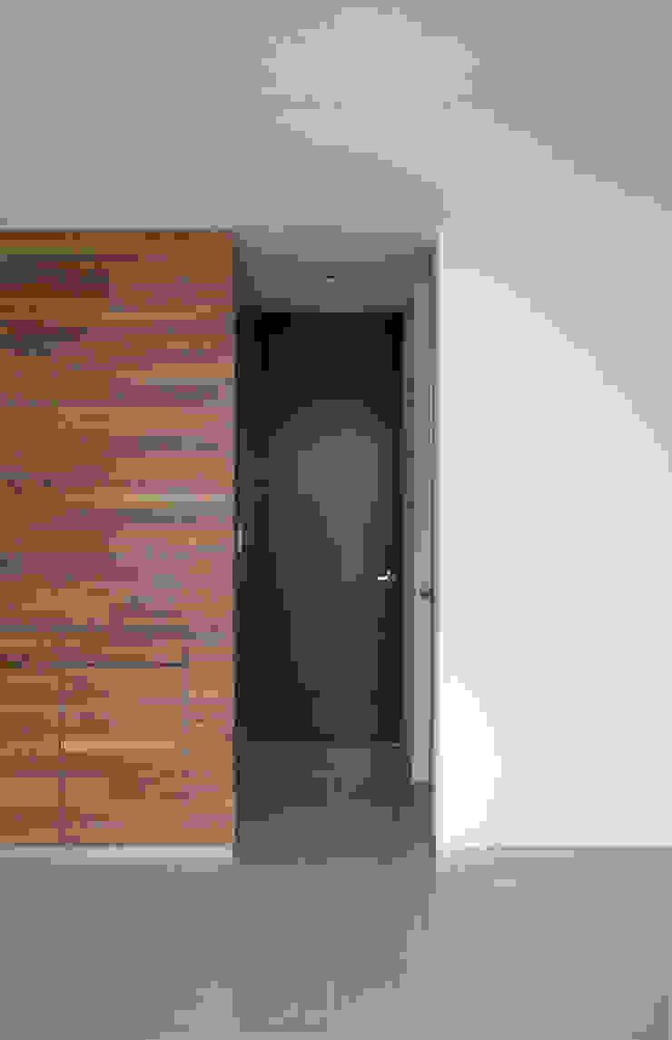 MATERIALIDAD Puertas y ventanas minimalistas de Región 4 Arquitectura Minimalista