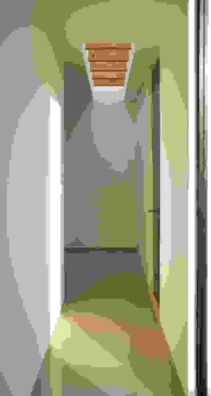LUZ CENITAL Pasillos, halls y escaleras minimalistas de Región 4 Arquitectura Minimalista
