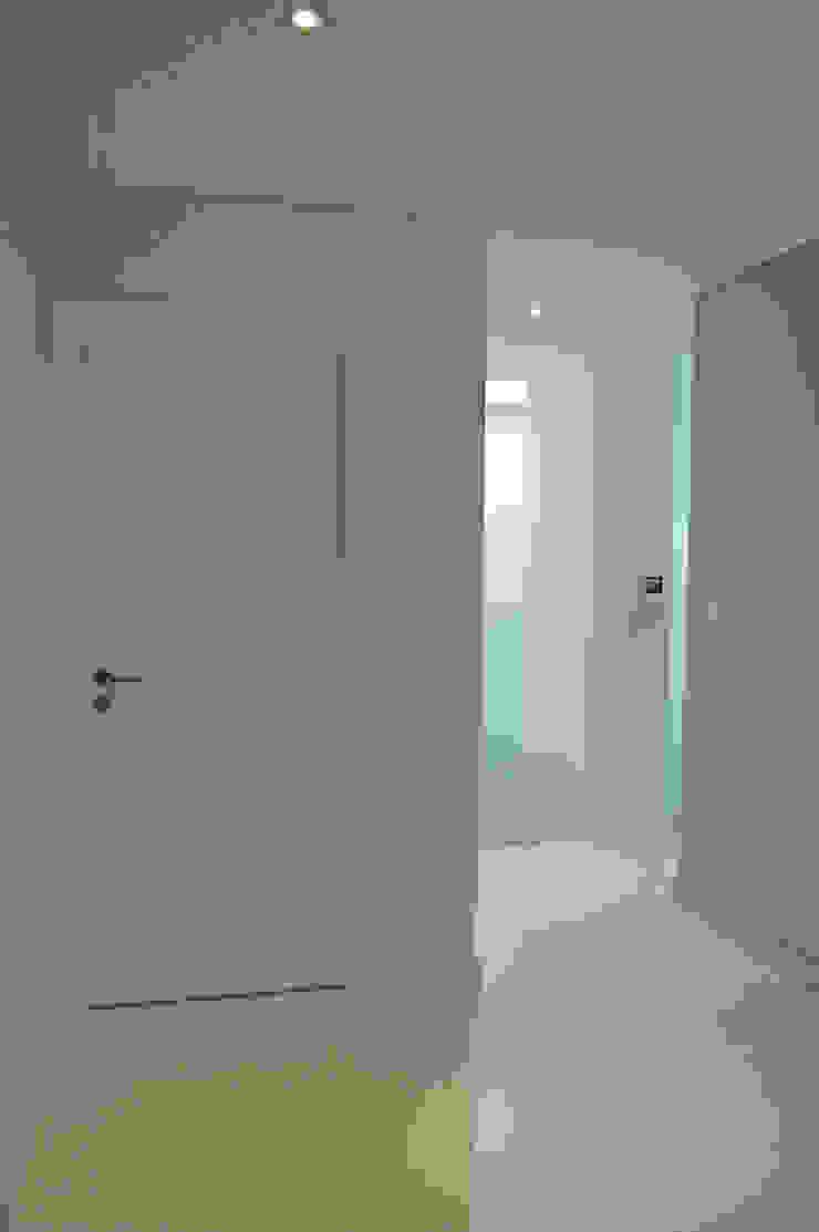 Pasillos, vestíbulos y escaleras de estilo moderno de Borges de Macedo, Arquitectura. Moderno