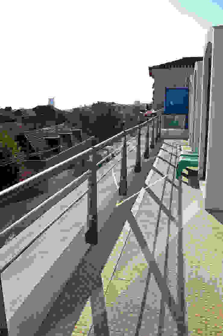 Balcones y terrazas de estilo moderno de Borges de Macedo, Arquitectura. Moderno