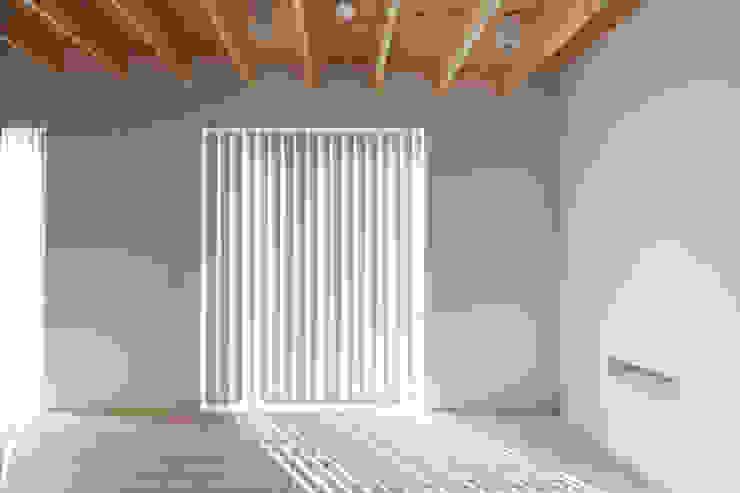 屋島の家 モダンスタイルの寝室 の 向山建築設計事務所 モダン