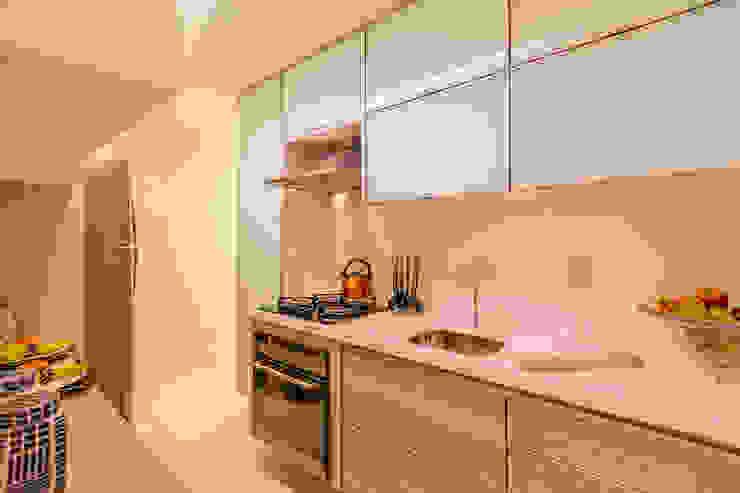 Cozinha compacta e funcional Flávio Monteiro Arquitetos Associados Cozinhas modernas MDF Branco