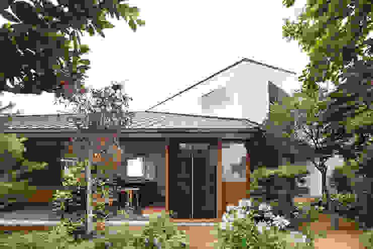 Casas modernas por 向山建築設計事務所 Moderno Madeira Acabamento em madeira