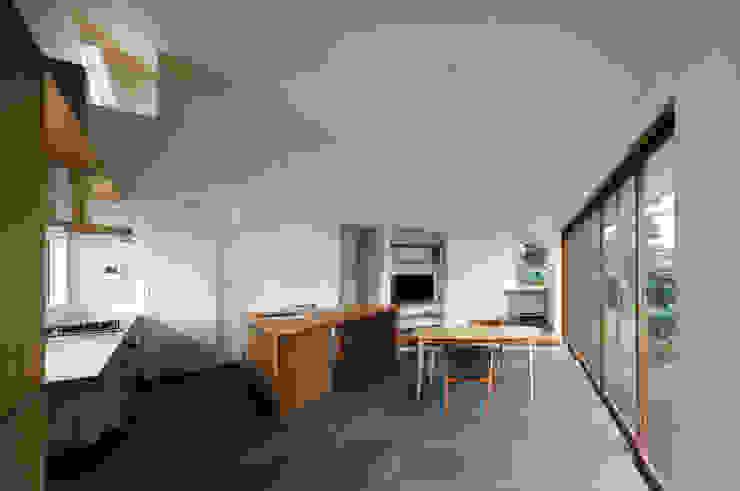 Salle à manger moderne par 向山建築設計事務所 Moderne