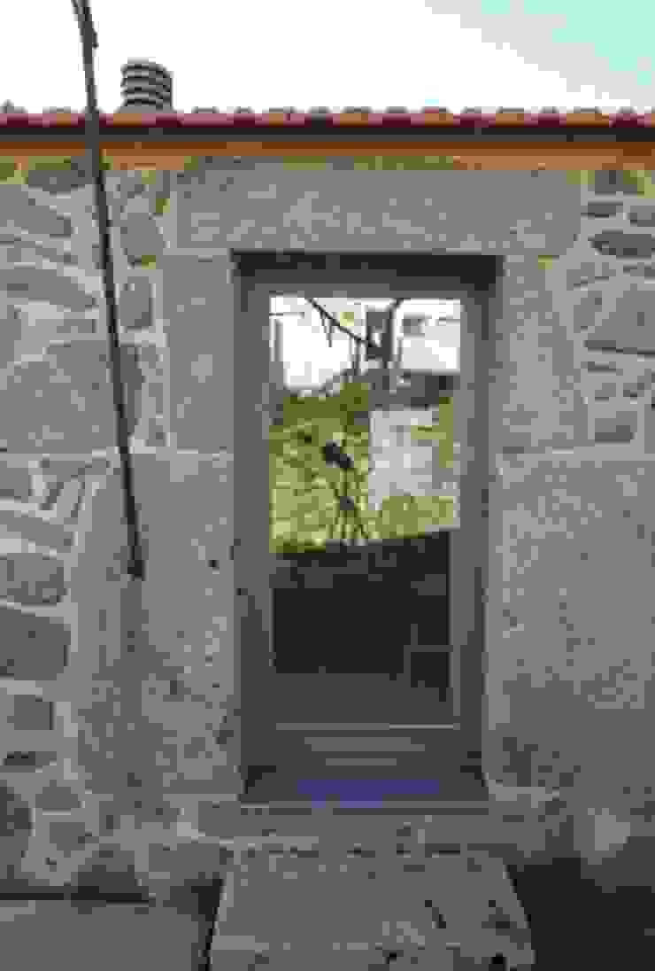 Turismo Rural em Paredes de Coura Janelas e portas modernas por Escritorio de arquitetos Moderno