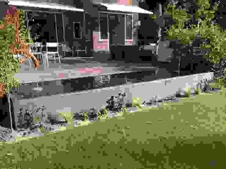 Stakke vijver aan terras Moderne tuinen van Biesot Modern