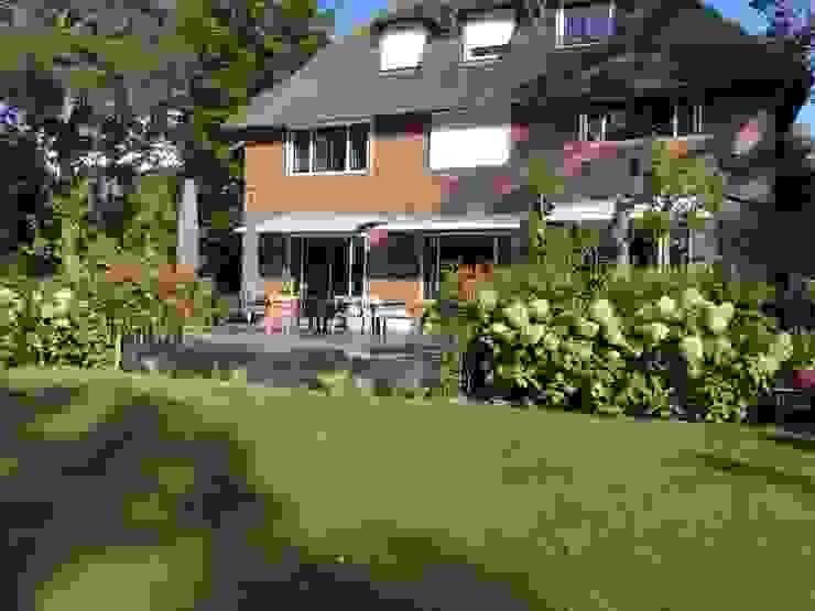 Vijver bekleed met steenfineer Biesot Moderne tuinen
