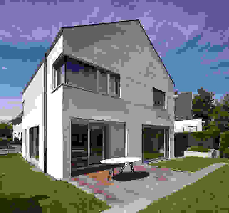 Gartenansicht mit Terrasse Moderne Häuser von Marcus Hofbauer Architekt Modern