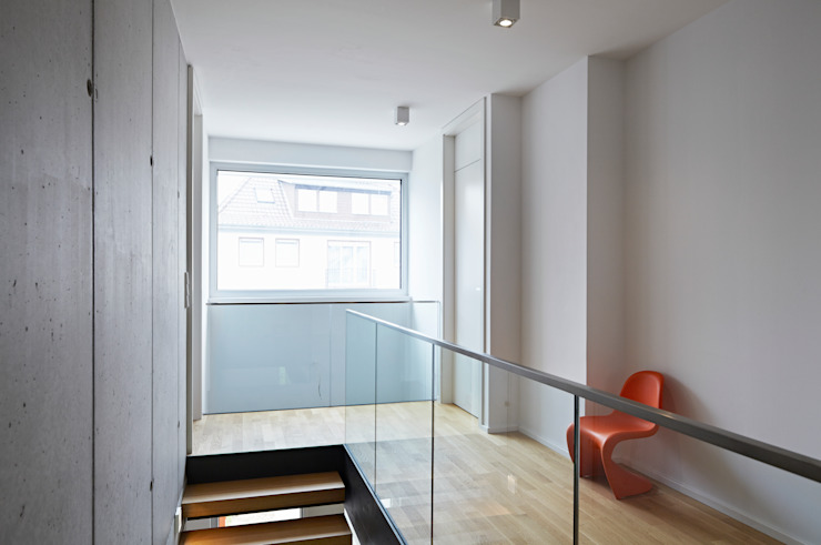 Flur im Obergeschoss Moderner Flur, Diele & Treppenhaus von Marcus Hofbauer Architekt Modern