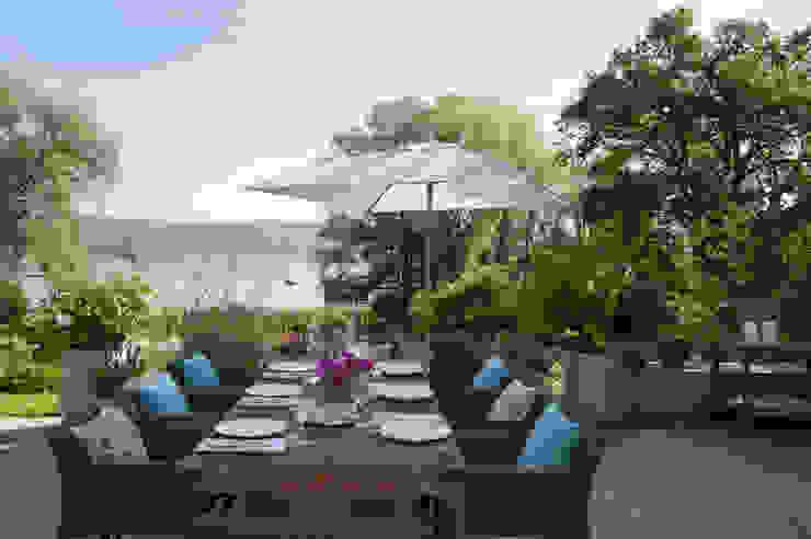 Haus am See Moderner Balkon, Veranda & Terrasse von GABRIELA RAIBLE® INNENARCHITEKTUR Modern