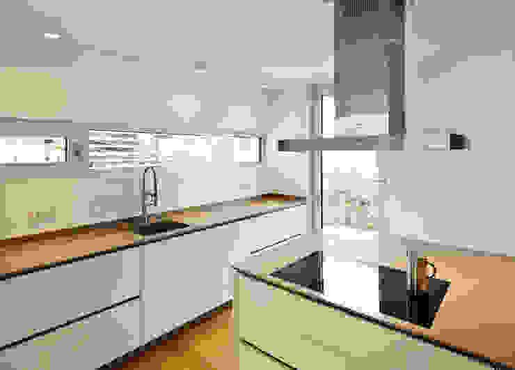 Küche mit Küchenblock Moderne Küchen von Marcus Hofbauer Architekt Modern