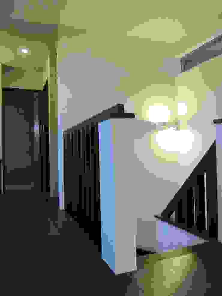 . モダンスタイルの 玄関&廊下&階段 の info7900 モダン 木 木目調