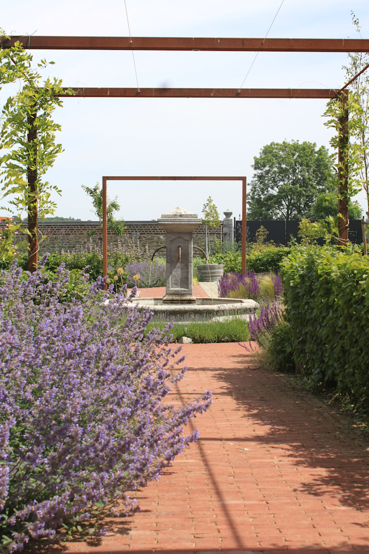 Country style garden by Hoveniersbedrijf Guy Wolfs Country