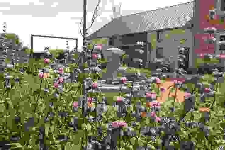 Bloementuin bij carre boerderij Landelijke tuinen van Hoveniersbedrijf Guy Wolfs Landelijk