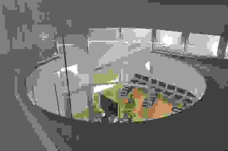 2階から待合室を見る モダンな医療機関 の 有限会社Y設計室 モダン