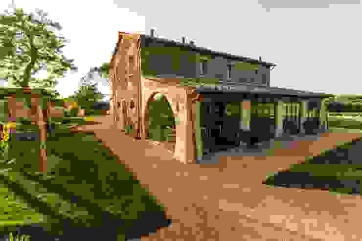 esterno lato est Giardino in stile rustico di Studio Luppichini Rustico
