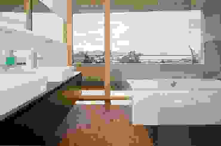 Hanggleiter Moderne Badezimmer von Q-rt Architektur Modern