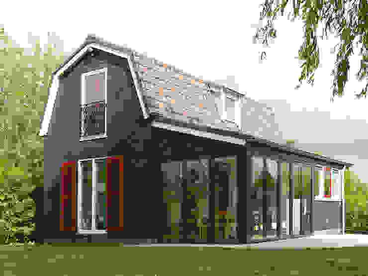Metamorfose van het zomerhuis ná vernieuwbouw. van Architectenbureau Rutten van der Weijden Landelijk