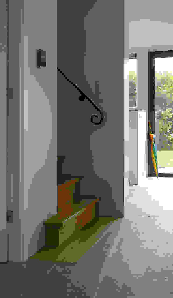 op maat gemaakte trap met smeedijzeren leuning van Architectenbureau Rutten van der Weijden Landelijk Hout Hout