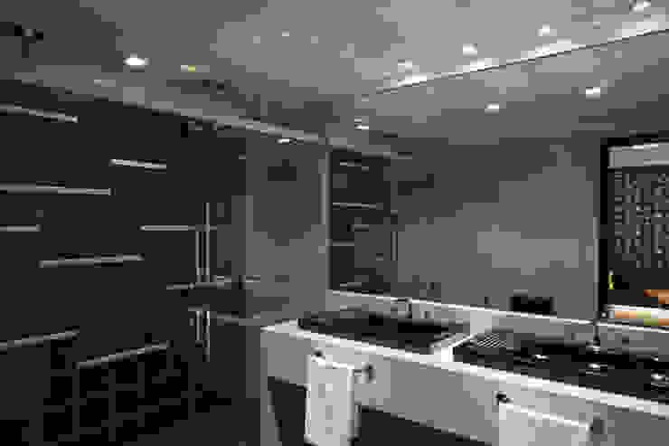 Modern bathroom by Cíntia Aguiar Arquitetura Modern