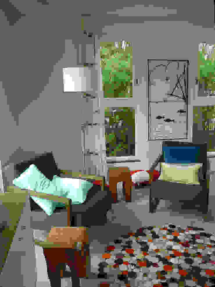 een vriendelijke inrichting met teakhouten meubels Landelijke woonkamers van Architectenbureau Rutten van der Weijden Landelijk