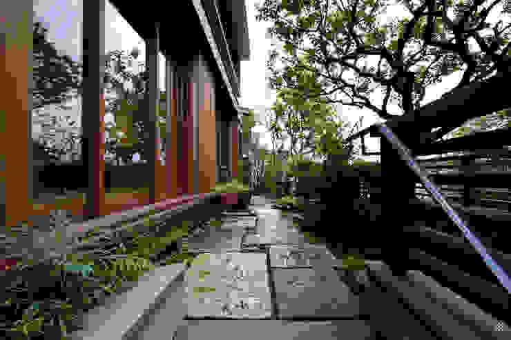 Jardins modernos por 向山建築設計事務所 Moderno