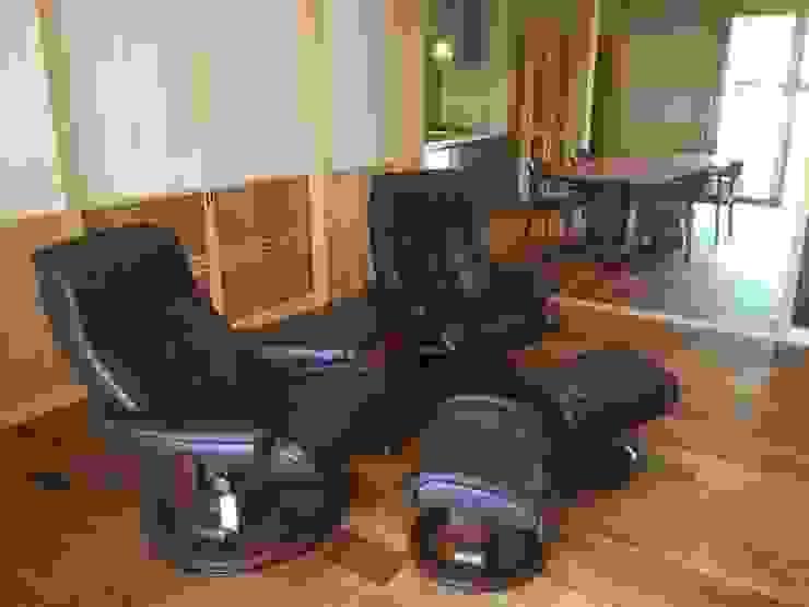 ダイニングテーブルに合わせて設計したダイニングルーム: 家具の福岳が手掛けたスカンジナビアです。,北欧 革 灰色