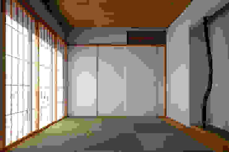 Modern style media rooms by 向山建築設計事務所 Modern