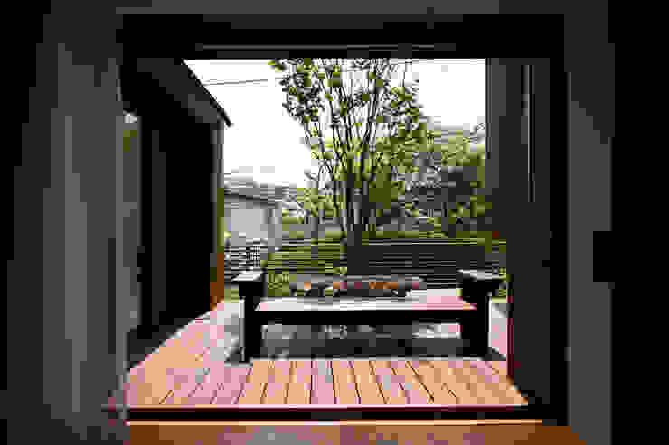 Jardins modernos por 向山建築設計事務所 Moderno Madeira Efeito de madeira