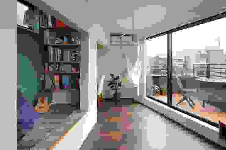 Moderne woonkamers van 向山建築設計事務所 Modern