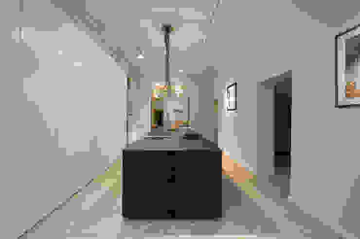 Küche Mittelblock schwarz matt lackiert Moderne Küchen von DER RAUM Modern