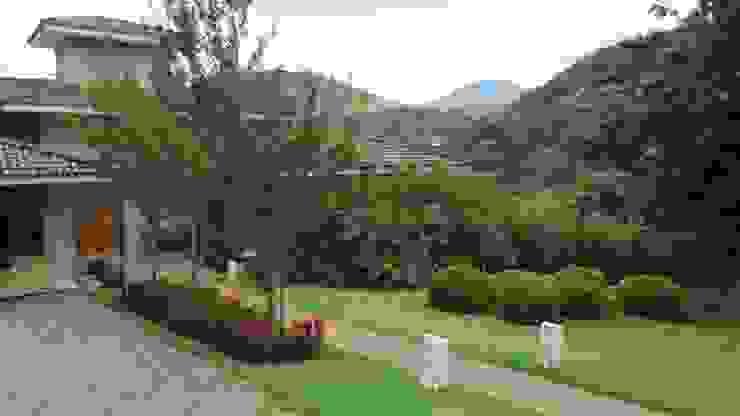 Jardines de estilo rural de Junia Lobo Paisagismo Rural
