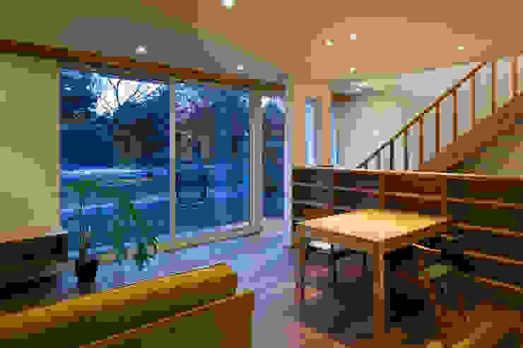 寺尾台の家: 向山建築設計事務所が手掛けたリビングです。
