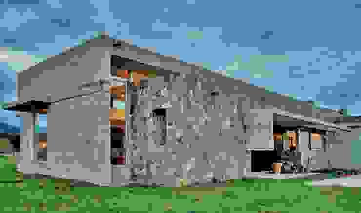 Exterior Casa el Tipal Paredes y pisos modernos de Proyecto Norte Moderno