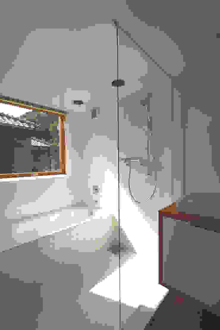 極楽寺の家 モダンスタイルの お風呂 の 向山建築設計事務所 モダン