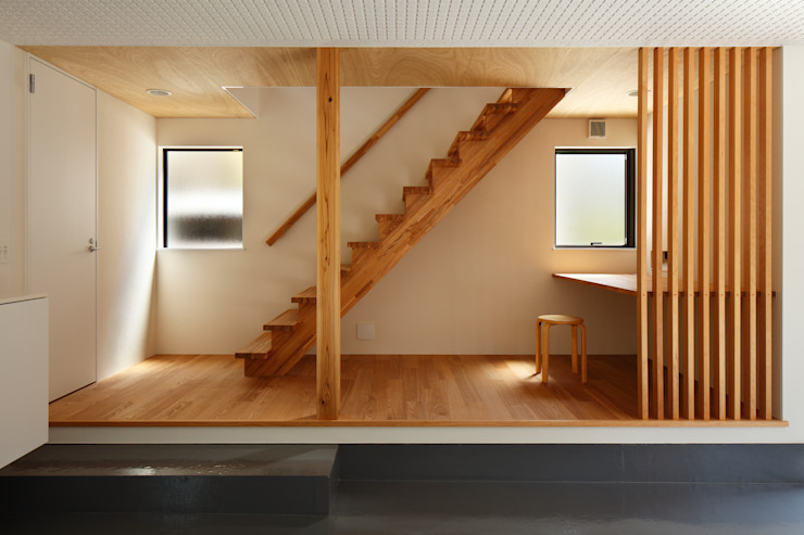 Corredores, halls e escadas modernos por 向山建築設計事務所 Moderno